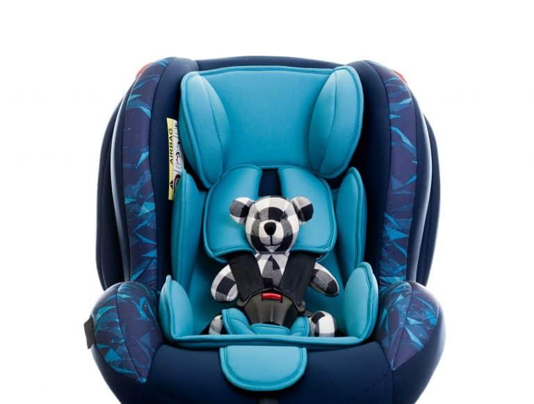 Teddybär in Kinderautositz